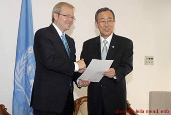 Australian Prime Minister Kevin Rudd hands over the instrument of ratification of the Kyoto Protocol to UN Secretary General Ban Ki-moon