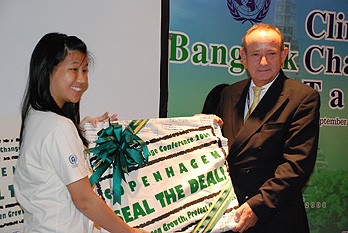 Youth activist Neera Thavornvanit presenting Yvo de Boer with signatures of Thai citizens calling for a deal in Copenhagen.