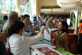 Participants receives the awaited 2008 Rio Conventions Calendar at the Convention Centre.