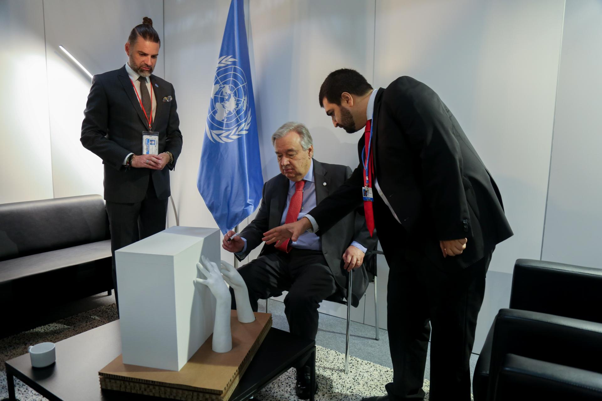 UN SG signs LQ sculpture
